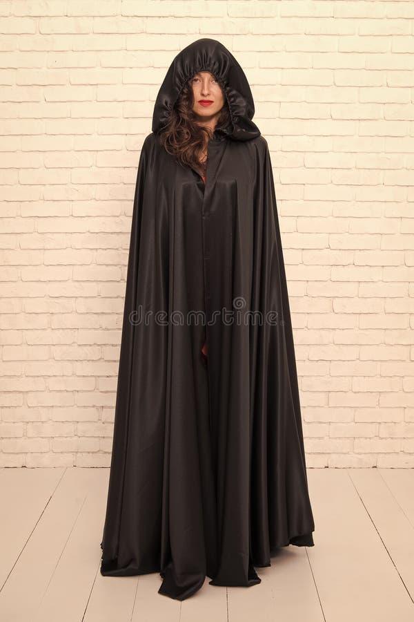 Dziewczyna pokryta płaszczem Koncepcja diabła Maskarada Halloween Halloween Cholerna piękna kobieta diabeł Śmierć w czerni zdjęcie stock