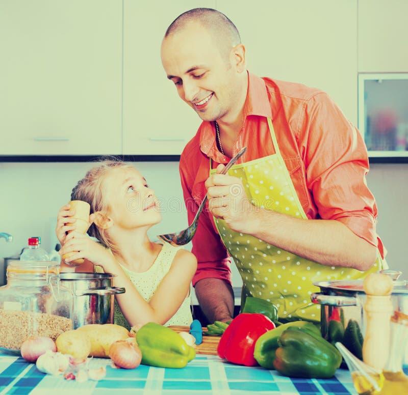 Dziewczyna pomaga ojciec przygotowywać gościa restauracji zdjęcie stock