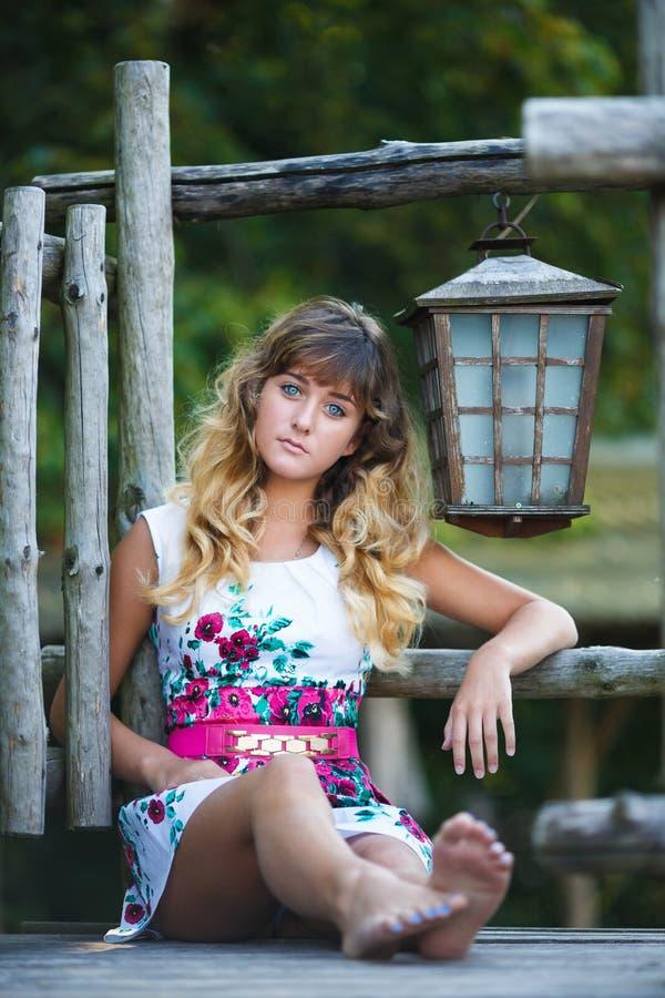 Download Dziewczyna Portret Atrakcyjne Młode Zdjęcie Stock - Obraz złożonej z rozochocony, enjoy: 57672476
