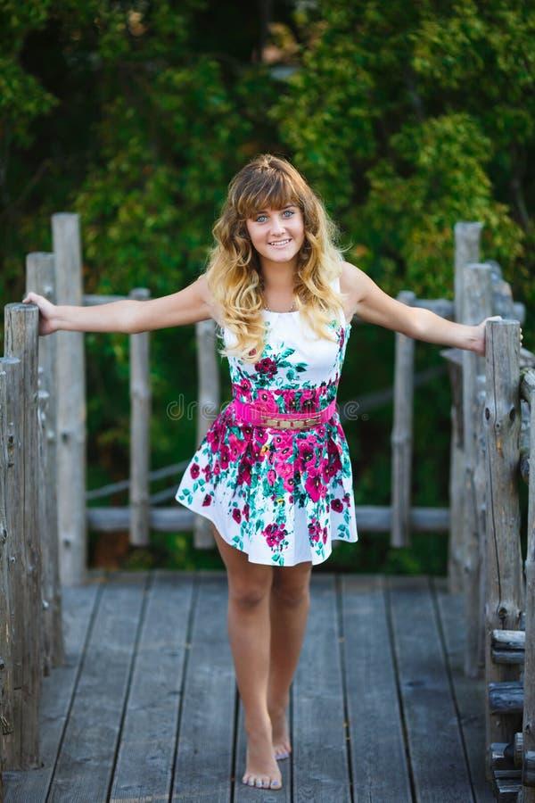 Download Dziewczyna Portret Atrakcyjne Młode Zdjęcie Stock - Obraz złożonej z human, nowożytny: 57673136