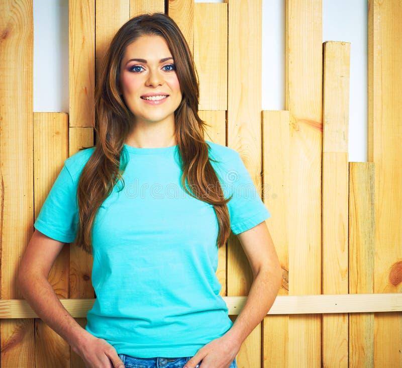 Dziewczyna portret na drewnianym tle zdjęcie royalty free