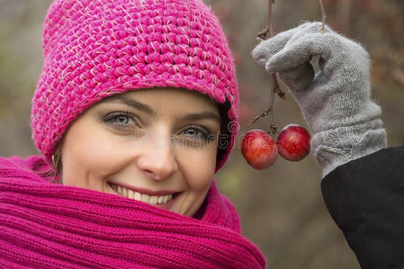 Dziewczyna portret z dzikimi jabłkami zdjęcie stock
