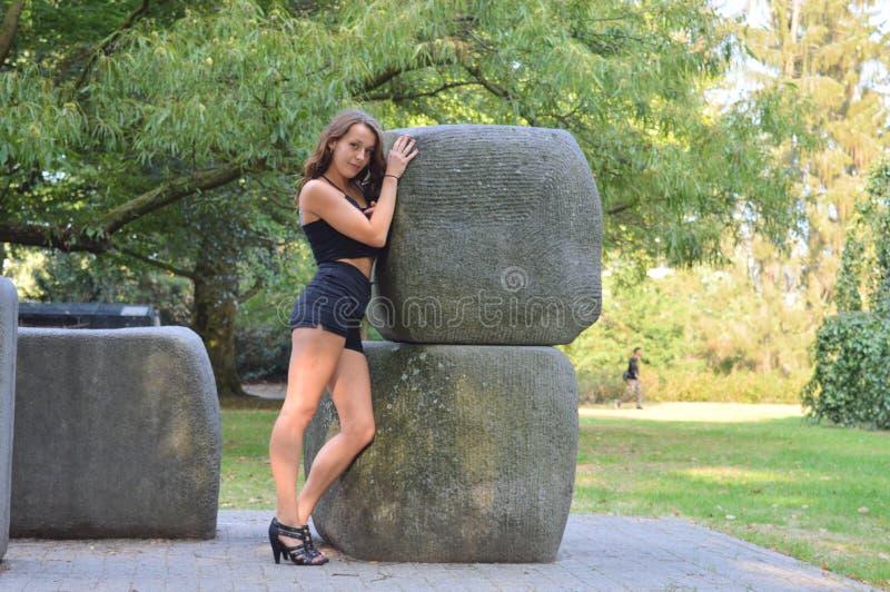 Dziewczyna pozuje obok skały fotografia stock