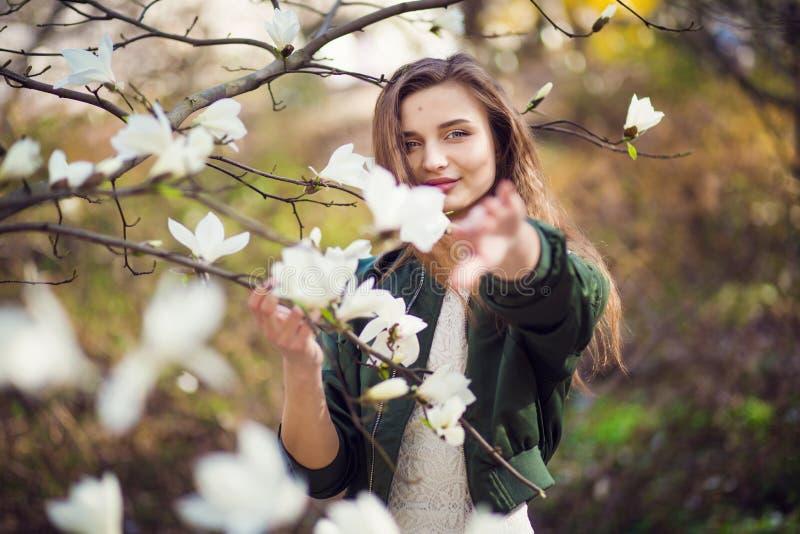 Dziewczyna pozuje w magnolia ogródzie zdjęcia stock