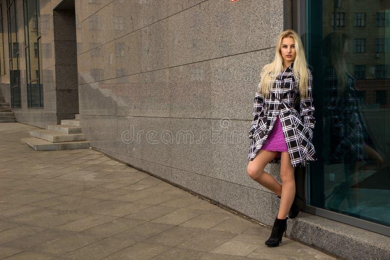 Dziewczyna pozuje w mieście obrazy stock