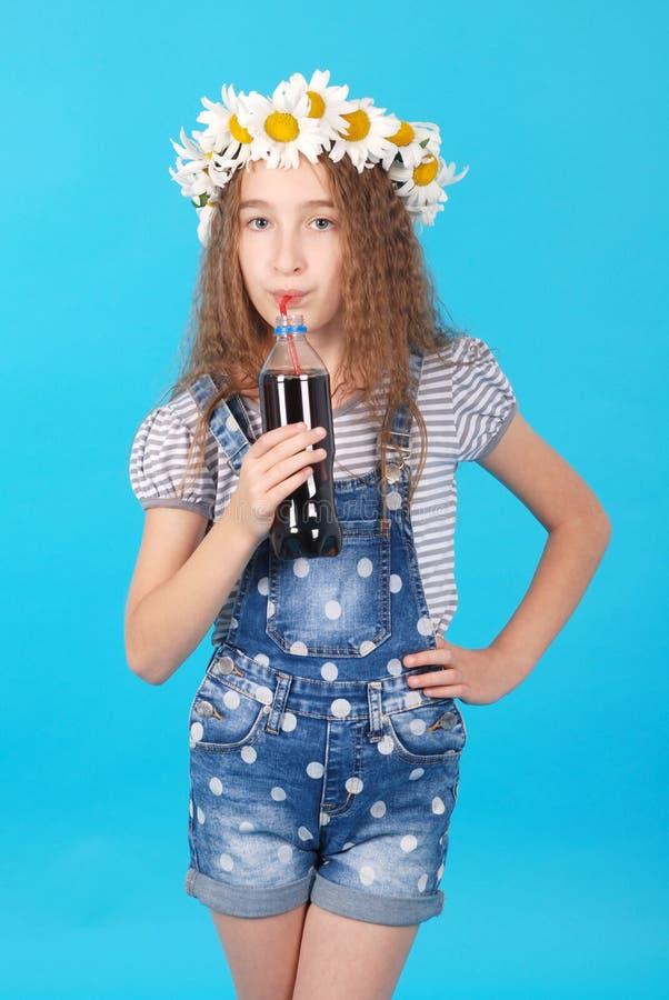 Dziewczyna pozuje z stokrotkami zdjęcia stock