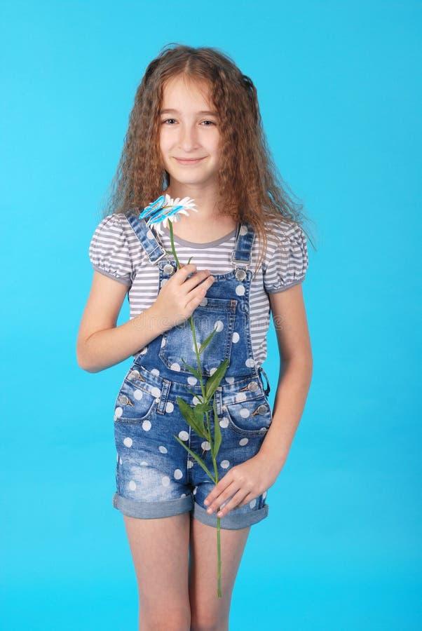 Dziewczyna pozuje z stokrotkami obrazy stock