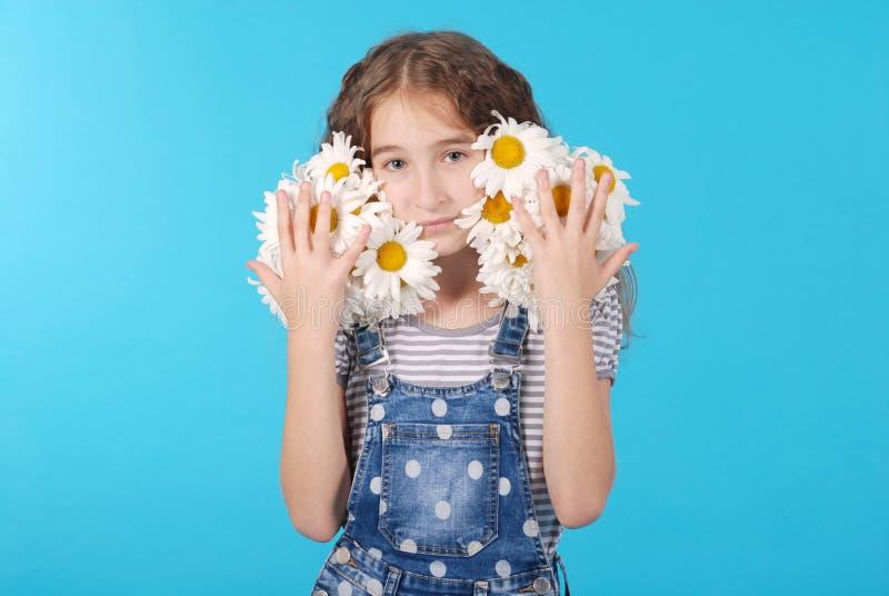 Dziewczyna pozuje z stokrotkami obraz royalty free