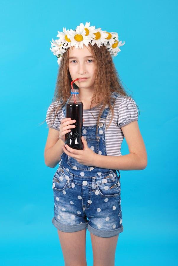 Dziewczyna pozuje z stokrotkami fotografia stock