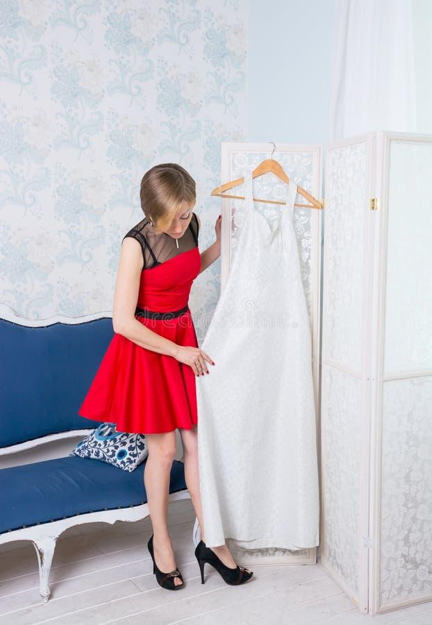 Dziewczyna próbuje na ślubnej sukni obrazy royalty free