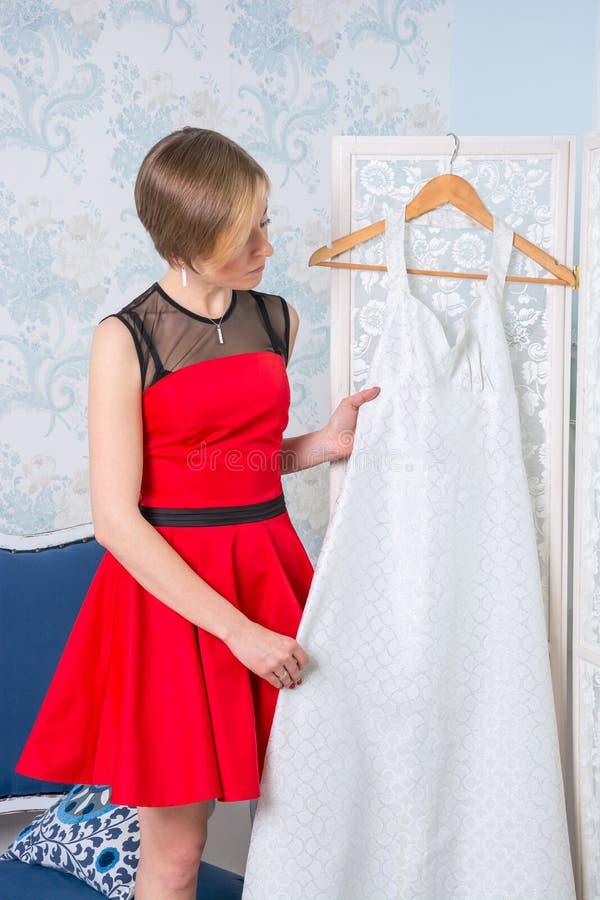 Dziewczyna próbuje na ślubnej sukni obraz royalty free