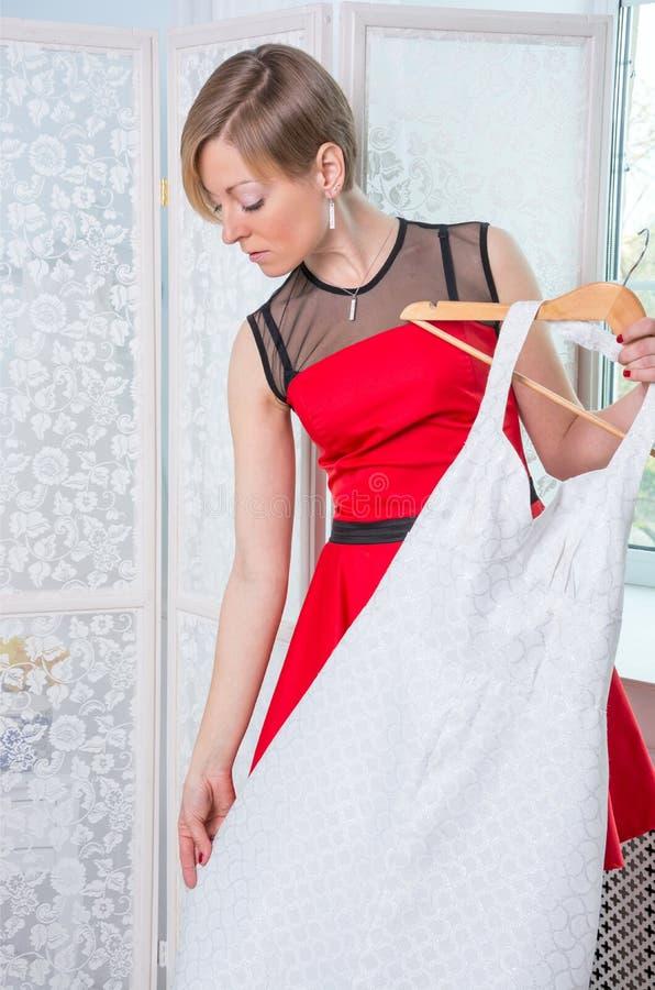 Dziewczyna próbuje na ślubnej sukni zdjęcie stock