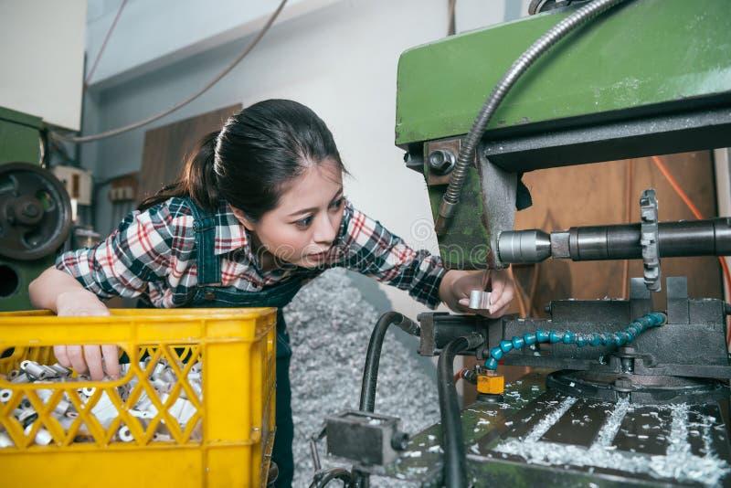Dziewczyna pracownik pracuje w mielenie machining fabryce zdjęcia royalty free
