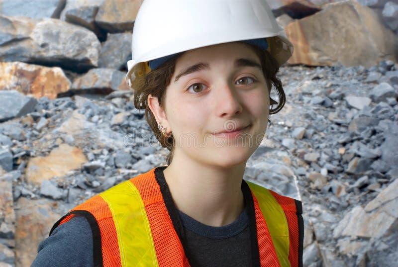 Dziewczyna pracuje na budowa zbawczego kapeluszu białym hełmie zdjęcia stock