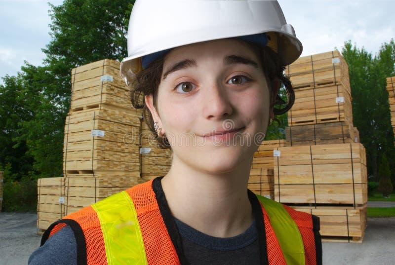 Dziewczyna pracuje przy tartakiem, budowy drewna przemysł zdjęcie royalty free