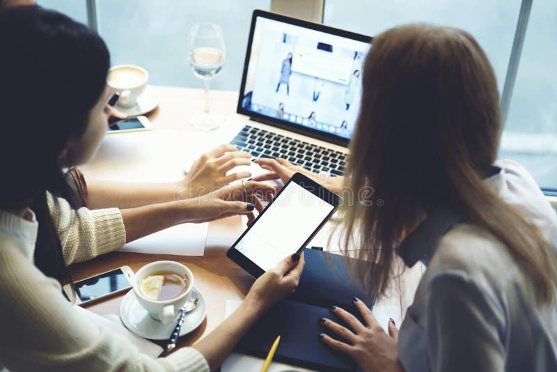 Dziewczyna projektantów ubrania pracuje wpólnie otrzymywający poczta od klientów kupować odziewają online używać laptop zdjęcie royalty free