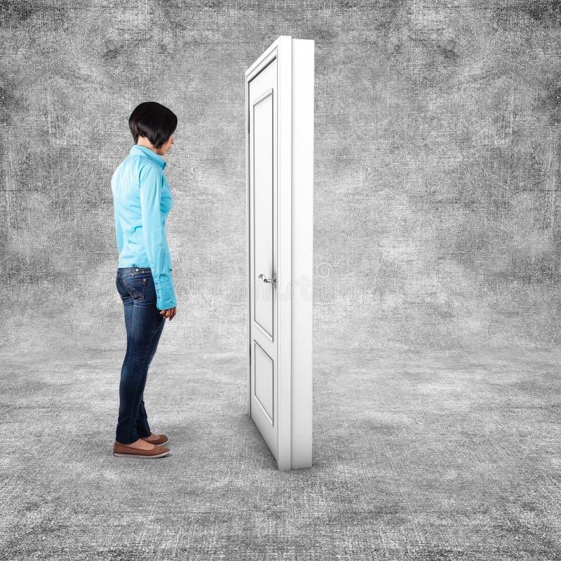 Dziewczyna przed drzwi fotografia stock