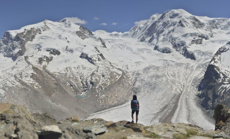 Dziewczyna przed Gorner lodowem od Gornergrat, Zermatt obrazy royalty free
