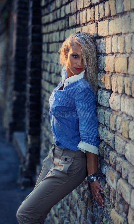Dziewczyna przed starym ściana z cegieł fotografia royalty free