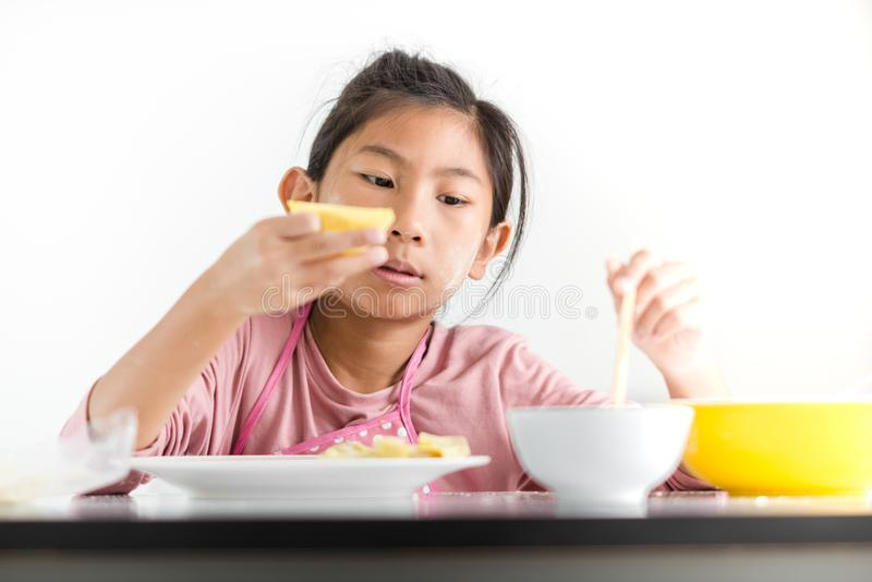 Dziewczyna przetwarza domowej roboty kluchę w jej ręce, stylu życia pojęcie obrazy royalty free