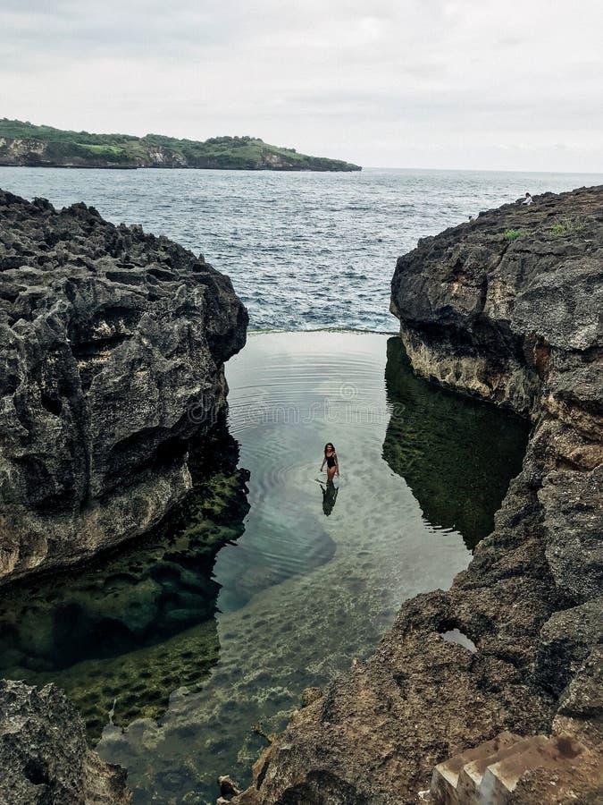 Dziewczyna przy aniołami Billabong, Nusa Penida Bali Indonezja obrazy royalty free