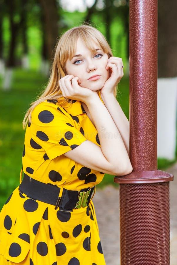 Dziewczyna przy lamppost obrazy royalty free