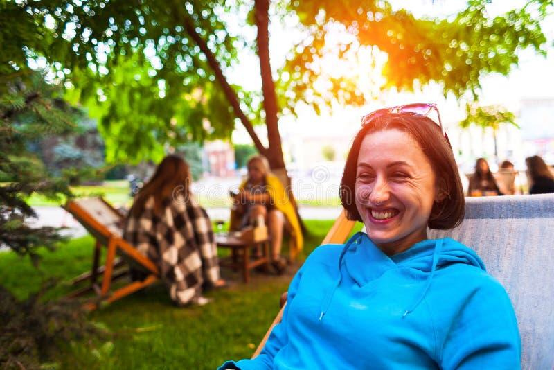 Dziewczyna przy lato kawiarnią fotografia royalty free