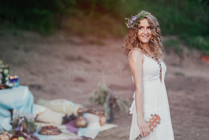 Dziewczyna przy lato pinkinem w sundress i wianek dzicy kwiaty z kopii przestrzenią obrazy royalty free