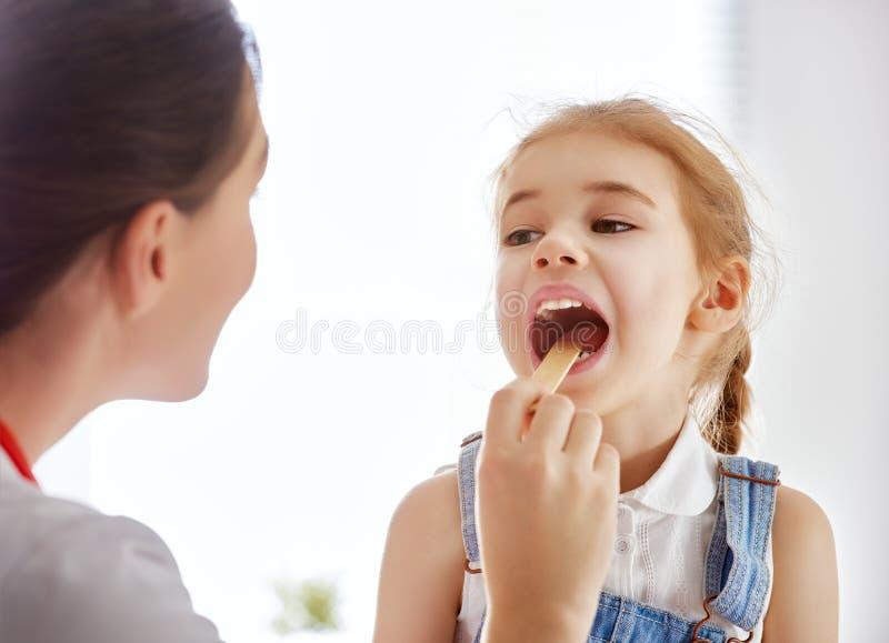 Dziewczyna przy lekarką obrazy royalty free