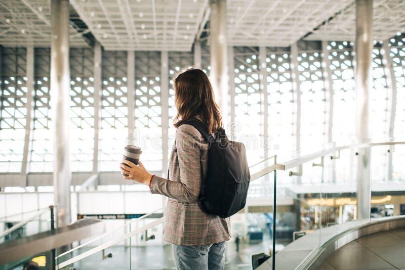 Dziewczyna przy lotniskiem od plecy z fili?ank?, obrazy stock