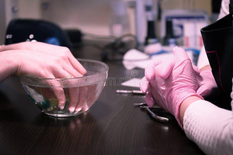 dziewczyna przy mistrzem robi manicure'owi zdjęcie royalty free