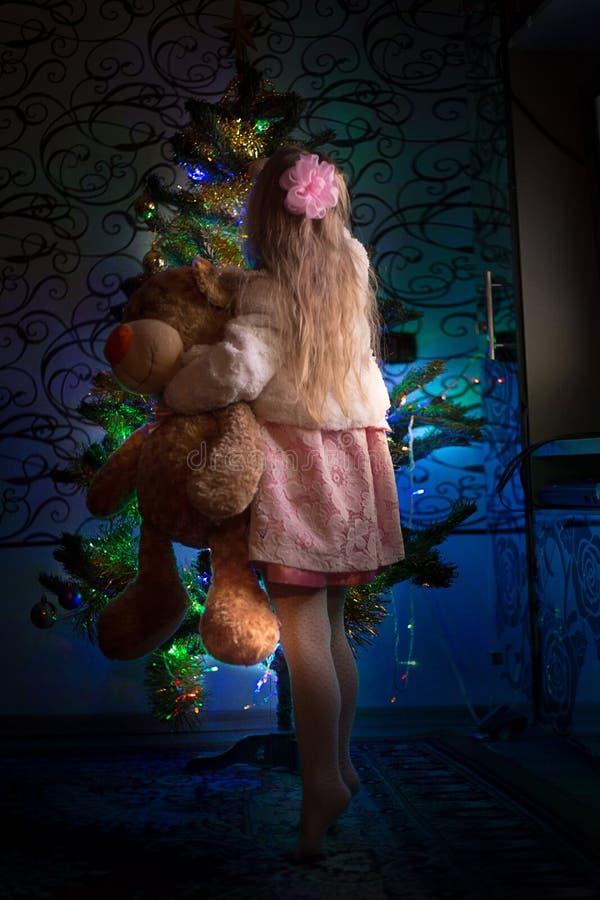 Dziewczyna przy nowego roku drzewem obraz royalty free