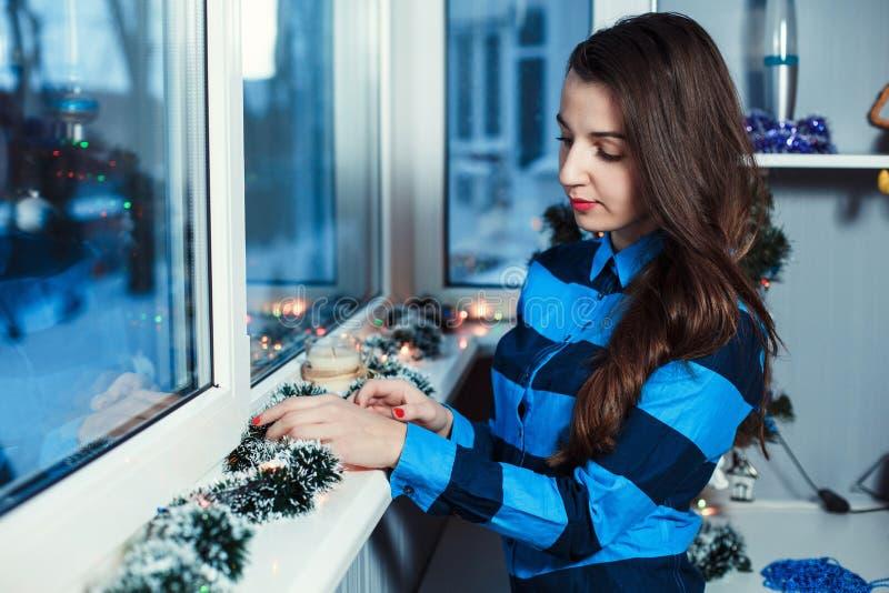 Dziewczyna przy okno zdjęcie royalty free