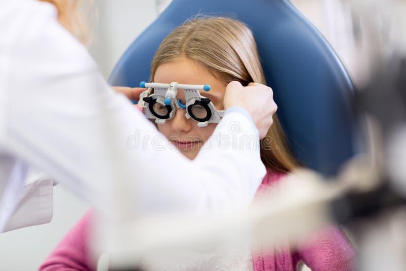 Dziewczyna przy oko lekarką fotografia royalty free