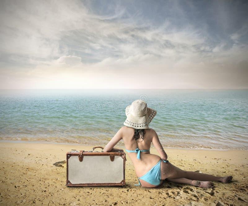Dziewczyna przy plażą przygotowywającą iść daleko od obraz stock