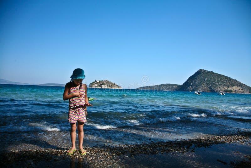 Dziewczyna przy plażą w Peloponese fotografia stock