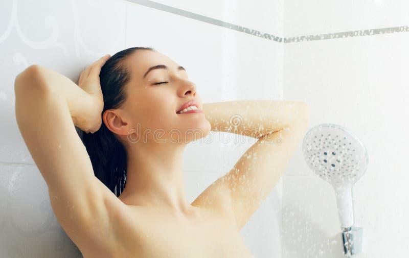 Dziewczyna przy prysznic zdjęcie royalty free
