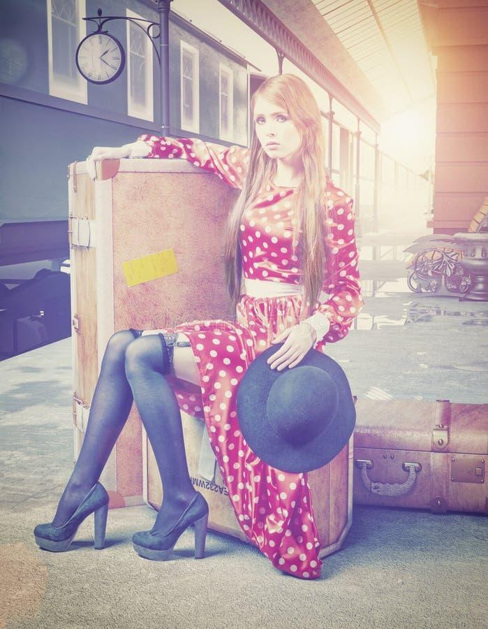 Dziewczyna przy retro stacją kolejową fotografia stock