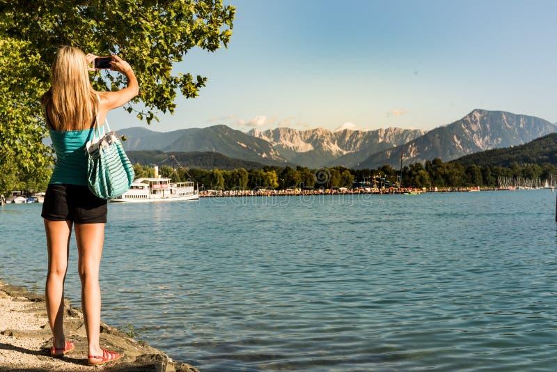 Dziewczyna przy Worthersee w Klagenfurt krótkopędu fotografiach fotografia stock