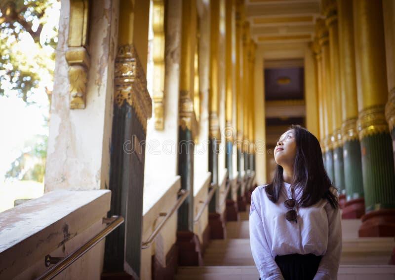 Dziewczyna przyglądająca za okno przy Shwedagon pagodą, Yangon obrazy royalty free
