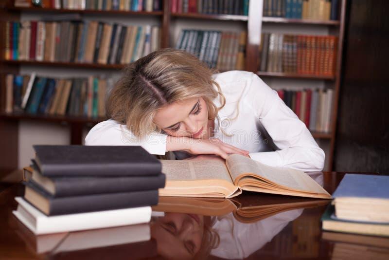 Dziewczyna przygotowywał dla egzamin czytelniczej książki dosypiania zdjęcia stock