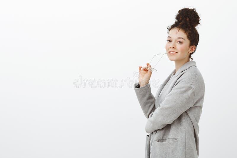 Dziewczyna przygotowywająca być produktywny przy pracą Portret atrakcyjny mądrze bizneswoman w szarość żakiecie, zjadliwy obręcz  obraz royalty free