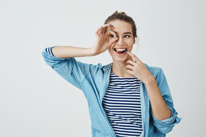 Dziewczyna przygotowywająca odkrywać nowych horyzonty Rozochocony piękny europejski kobiety mienia ok gest nad okiem i patrzeć na zdjęcia royalty free