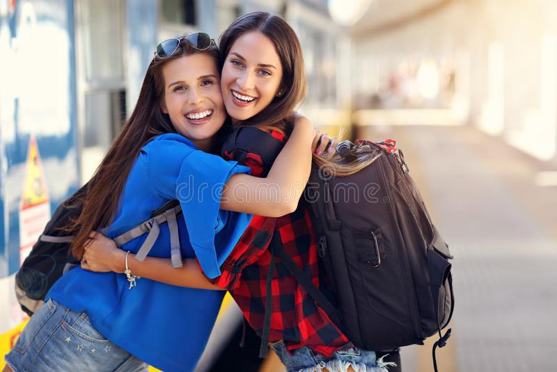 Dziewczyna przyjaciół turyści na kolejowej platformie zdjęcie royalty free