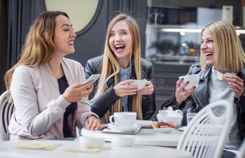 Dziewczyna przyjaciele pije kawę fotografia stock