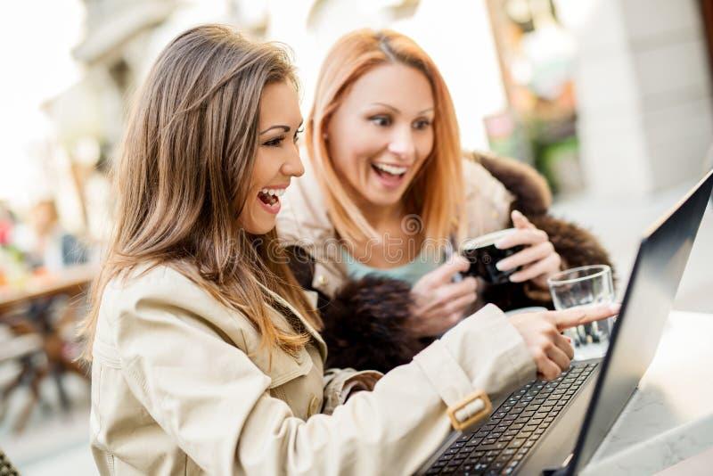 Dziewczyna przyjaciele Z laptopem zdjęcia stock
