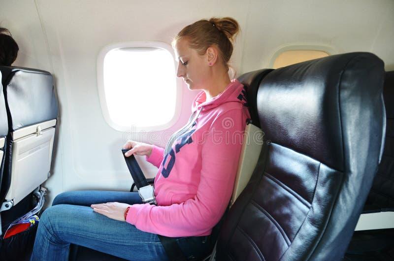 Dziewczyna przymocowywa jej pas bezpieczeństwa obrazy royalty free