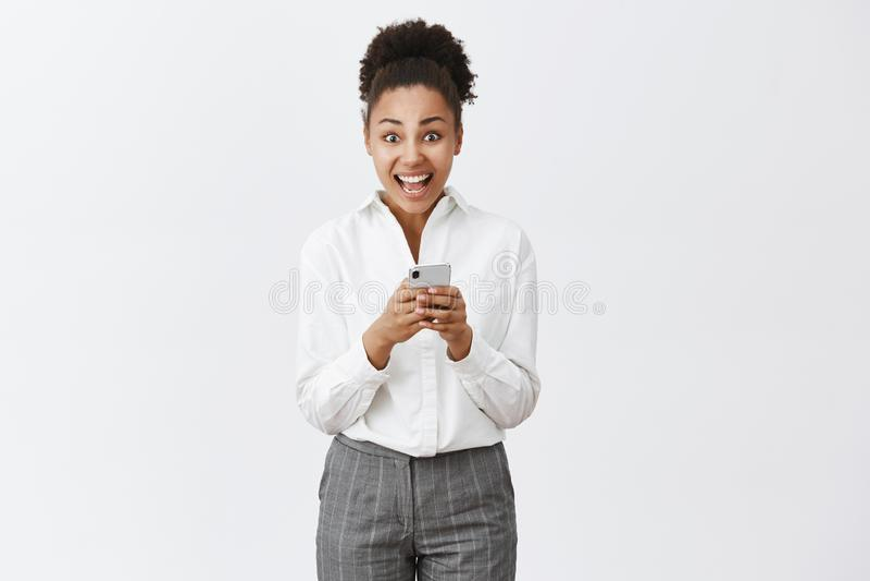 Dziewczyna przytłacza i z podnieceniem czytelnicza nieprawdopodobna oferta otrzymywająca przez interneta, sprawdza skrzynkę poczt zdjęcie royalty free