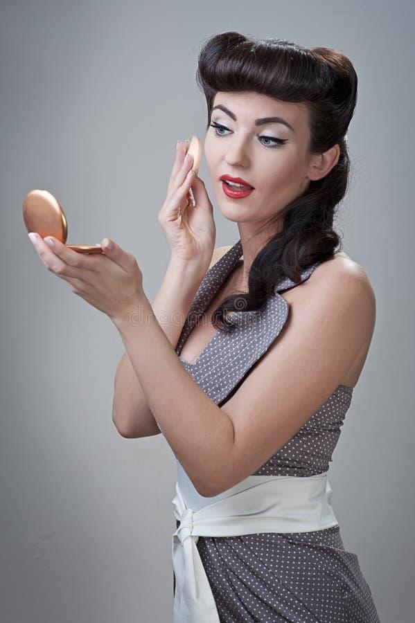 Dziewczyna pudruje jej twarz fotografia stock