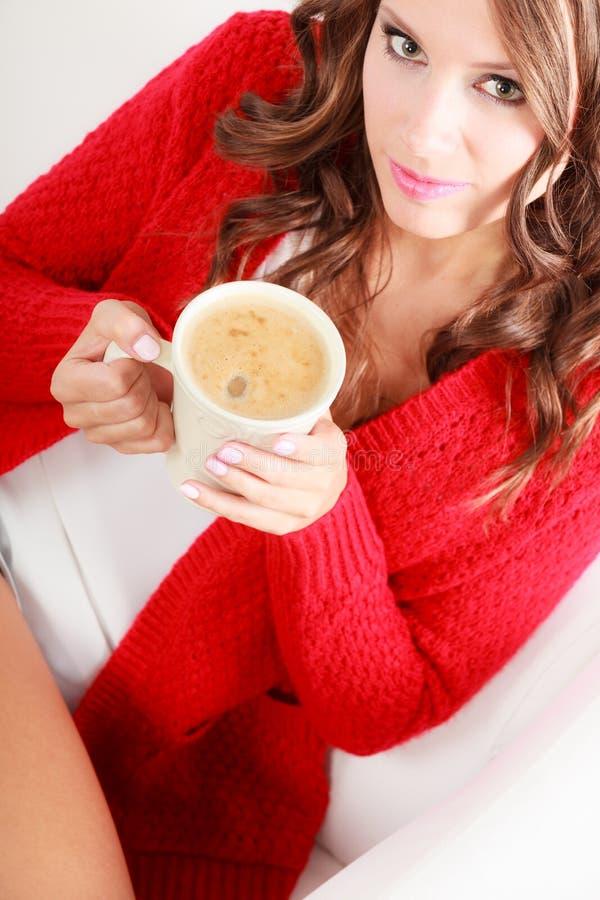 Dziewczyna puloweru chwytów czerwony kubek z kawą obraz royalty free